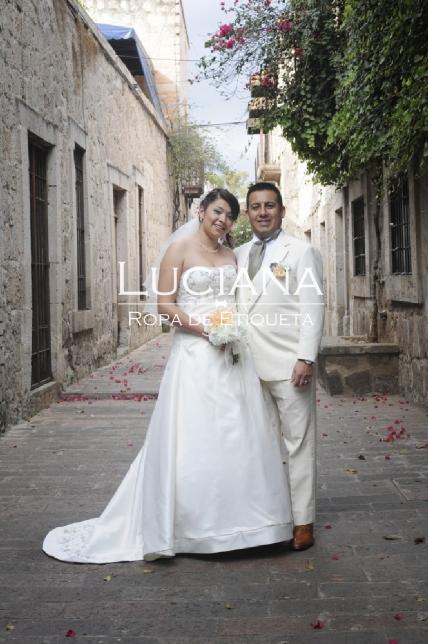 Pareja en boda de día con smoking hueso